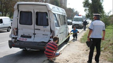 Trei raniti intr-un accident in care a fost implicat in microbuz cu 20 de pasageri