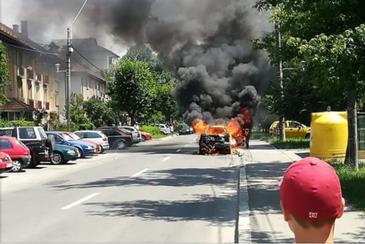 Scene de cosmar pe o strada din Baia Mare. Un automobil a luat foc in mers