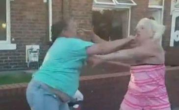 Bataie ca in filme direct pe strada! Doua femei si-au carat lovituri pana nu au mai putut sub ochii trecatorilor!