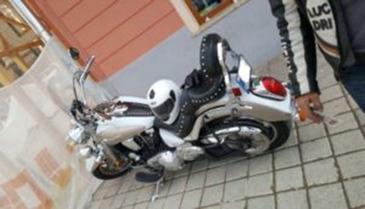 Un barbat din Bucuresti a patruns cu motocicleta in zona pietonala din Piata Sfatului din Brasov si a lovit un politist! Ce a patit motociclistul!