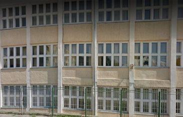 S-a intamplat in Tulcea! O femeie a intrat intr-o scoala si a lovit cu batul un elev si o profesoara! Scandalul a fost aplanat abia dupa interventia jandarmilor!