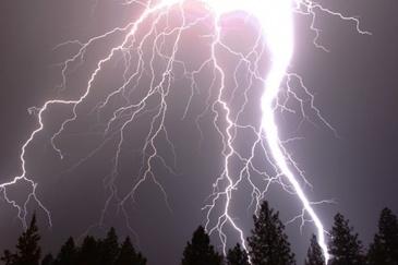 Vremea nu a adus numai puhoaie de apa, ci si flacari.  Casa unui localnic din Neamt a fost lovita in plin de fulger