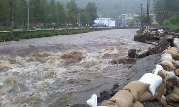 Fenomene meteo extreme! Romania lovita de furtuni si inundatii. Jumatate de tara este sub cod galben de ploi si furtuni si cod portocaliu de inundatii