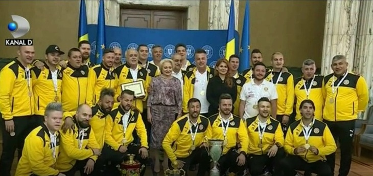 Sarbatoare la Guvern cu usile inchise! Viorica Dancila i-a premiat pe membrii echipei nationale de fotbal a artistilor fara public si fara presa