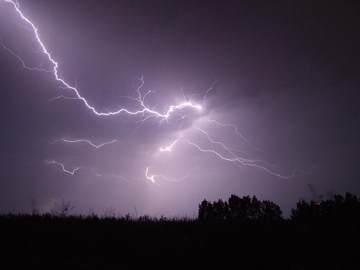 Nimic nu se compara cu spectacolul naturii! Aseara, cerul a fost brazdat de fulgere minute in sir, iar internautii s-au intrecut pe retelele de socializare in fotografii spectaculoase