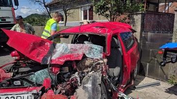 Impact devastator intre o masina si un autocar, pe DN1. Un barbat a murit si o femeie este in stare grava