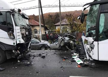 Accident grav in judetul Arges! Un microbuz care transporta persoane s-a ciocnit cu un autoturism. Sunt mai multe victime