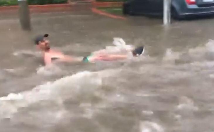 Un barbat din Bucuresti a fost filmat balacindu-se pe strazile inundate ale Capitalei