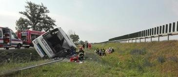 Doua persoane au murit, iar alte cel putin 27 au fost ranite dupa ce autocarul in care se aflau a cazut intr-un sant