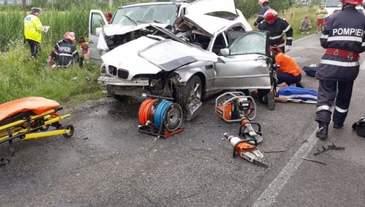 Accident devastator in Arad! O masina s-a ciocnit frontal cu un microbuz. In urma impactului un tanar de 27 de ani a murit si alte cinci persoane sunt in stare grava