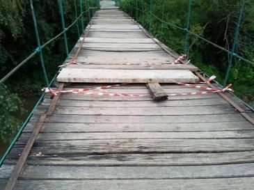 O fetita epileptica a cazut in raul Iza. Podul pe care traversa copila de 4 ani s-a rupt pentru ca era putred