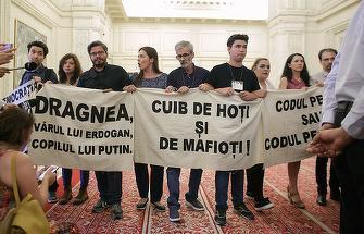 Liviu Dragnea si Viorica Dancila, protejati de jandarmi la iesirea din plen! Nicolae Bacalbasa nu a scapat furia protestatarilor!