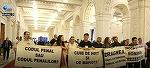 Modificarile aduse la legile justitiei au mutat protestele din strada, chiar pe holurile Parlamentului! Cateva persoane au agitat  bannere şi au scandat la cativa metri distanta de politicieni