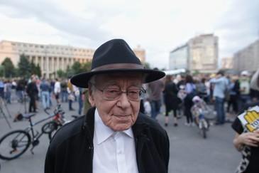 "Filosoful Mihai Sora, in varsta de 101 ani, umilit de jandarmi in Piata Victoriei: ""Misca-te mai incolo, mosule!"""