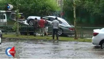 Ploaia torentiala din Capitala a tinut mai putin de o ora, dar a inundat mai multe subsoluri ale blocurilor dupa ce sistemul de canalizare s-a blocat