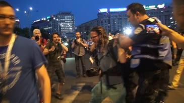 Mii de oameni au protestat aseara in Piata Victoriei fata de modificarea codului de procedura penala. Au fost inregistrate si incidente intre manifestanti si jandarmi