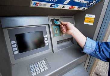 A bagat cardul in bancomat si a incremenit! Este incredibil ce se afla in interiorul ATM-ului