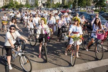 Sanziene pe biciclete! Locuitorii orasului Piatra Neamt au organizat o parada inedita de ziua iei!