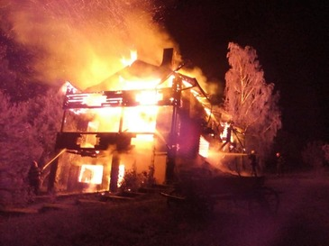 O casa din Breaza a ars pana la temelie, din cauza unui televizor lasat in priza. Focul ar fi putut sa ajunga la locuintele vecine si la padurea din apropiere
