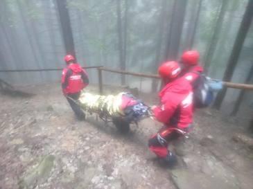 O batrana de 80 de ani a fost salvata de la inghet dupa ce a incercat sa urce, pe furtuna, la un schit din varful muntelui