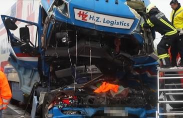 Video! Doi romani au murit intr-un accident extrem de violent in Austria. Tir-ul in care erau barbatii a fost zdrobit in urma impactului