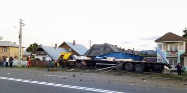 Accident grav la Savinesti! Un TIR s-a izbit de o casa si a rupt teava de gaze. Soferul avea doar 23 de ani