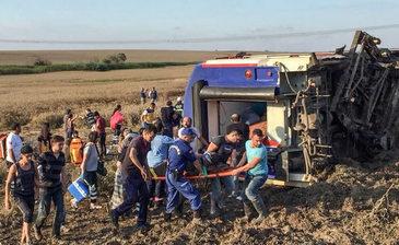 Dezastru feroviar in Turcia! Zeci de morti si raniti dupa ce vagoanele trenului au sarit de pe sine!