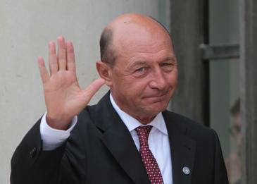 """Traian Basescu a votat la Ambasada Moldovei: """"Orice om care gandeste la binele Republicii Moldova va opta pentru Maia Sandu"""""""
