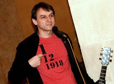 "Baiatul lui Adrian Paunescu a compus o poezie in care il desfiinteaza pe Klaus Iohannis: ""Du-te, neamtule, urgent, afara, ca esti fals si gura ti-e amara, ranjetele-ti sunt tot mai scarboase, du-te, ca ai, totusi, sase case!"""