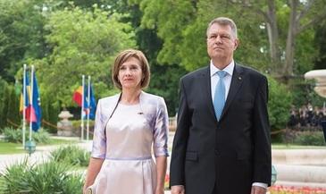"""Seful statului si sotia sa, la slujba de Pasti de la Biserica Romano-Catolica """"Sf. Treime"""" din Sibiu, unde au fost si de inviere"""