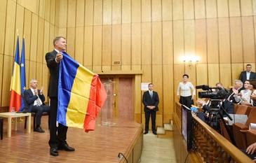 Moment genial oferit de presedintele Klaus Iohannis cand i-a fost oferit in dar un steag al Tinutului Secuiesc - A fost aplaudat la scena deschisa