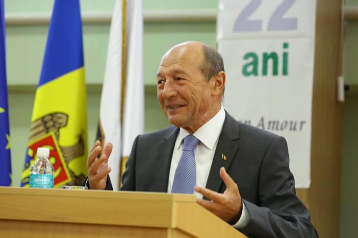 Basescu despre revolutia fiscala: Asistam la un spectacol riscant si mincinos, in care ei spera ca propaganda va acoperi tot ceea ce nu au facut. Romania este jucata si lasata in seama hazardului