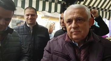 """Ministrul Daea, la Sibiu pentru lansarea campaniei """"Alege oaia"""", si-a cumparat de la piata o vesta si sosete de lana"""