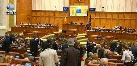 Scandal pe motiunea de cenzura impotriva guvernului, depusa astazi, in Plen, de Opozitie. In semn de protest, parlamentarii PSD au parasit sala de sedinta