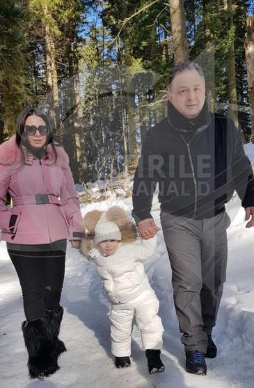 Fotografia anului: Cat de fericit e Vanghelie, la munte, cu fetita si logodnica, Oana Niculescu Mizil!
