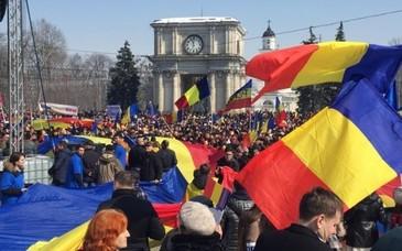 """Mii de oameni participa la Chisinau la """"Marea Adunare Centenara"""", o manifestatie dedicata implinirii a 100 de ani de la unirea Basarabiei cu Romania"""