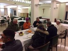 Doi romani fara adapost au luat micul dejun cu Papa Francisc, chiar de ziua lui