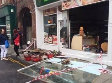 Miting de solidaritate al britanicilor in fata magazinului romanesc incendiat in Anglia