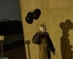 Imaginea care a bagat spaima printre americani. Un clovn infricosator se plimba pe strazi cu baloane negre in mana