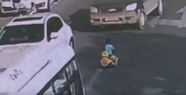 Un baietel de un an a fost surprins mergand cu o masina de jucarie in mijlocul unei strazi aglomerate! Micutul isi cauta mama. Cum s-a terminat totul