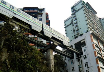 Impresionant! Un tren trece printr-un bloc de apartamente din China