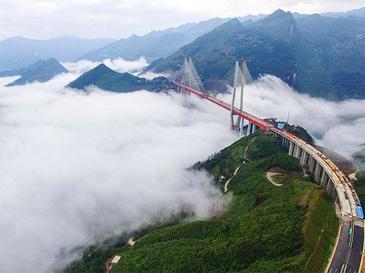 A fost inaugurat cel mai inalt pod din lume! Se afla in China si este ridicat deasupra unui rau, la o inaltime de 656 de metri. Imagini spectaculoase
