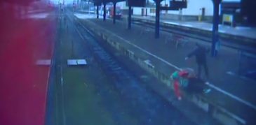 O batrana in scaun cu rotile a fost aruncata pe sinele de cale ferata, sub privile ingrozite ale calatorilor. Incidentul a avut loc in gara, inainte ca trenul sa soseasca