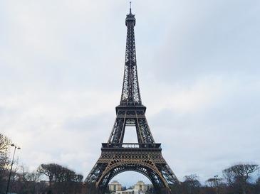 Turnul Eiffel, protejat de un perete de sticla antiglont