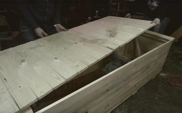 A fost ingropat intr-un siciriu de lemn, la un metru sub pamant. Cum a fost gasit acest tanar dupa ce a stat 24 de ore inmormantat. Imaginile urmarite live pe Youtube