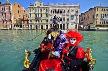 """S-a dat startul festivitatilor la Carnavalul de la Venetia. Zeci de mii de persoane au participat la traditionalul """"Zbor al Ingerului"""""""