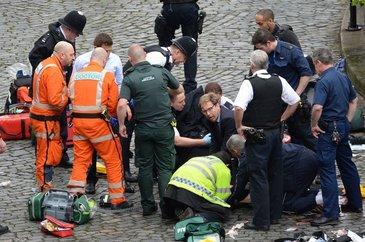 Fotografia care face inconjurul lumii. Subsecretarul de stat din Ministerul britanic de Externe a resuscitat o victima a atacului din Londra