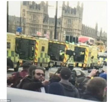 Gest extrem de controversat al unui om: Si-a facut selfie cu victimele atentatului din Londra