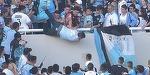 A murit in timpul unui meci. Suporterul a cazut de la tribuna, a fost agresat si impins de alti fani