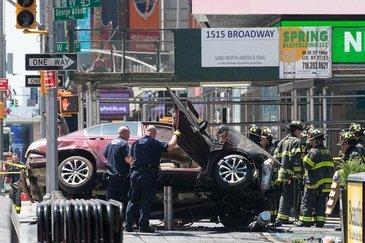 Barbatul care a intrat cu masina in multime la New York le-a spus anchetatorilor ca a auzit voci inainte de incident